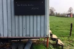Und für den Bauwagen haben wir jetzt eine Tafel, auf der Maik aufschreiben kann, was so getan werden muss.